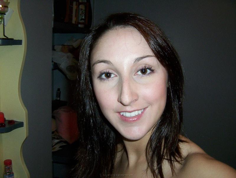 Общительная брюнетка позирует на досуге 28 фото