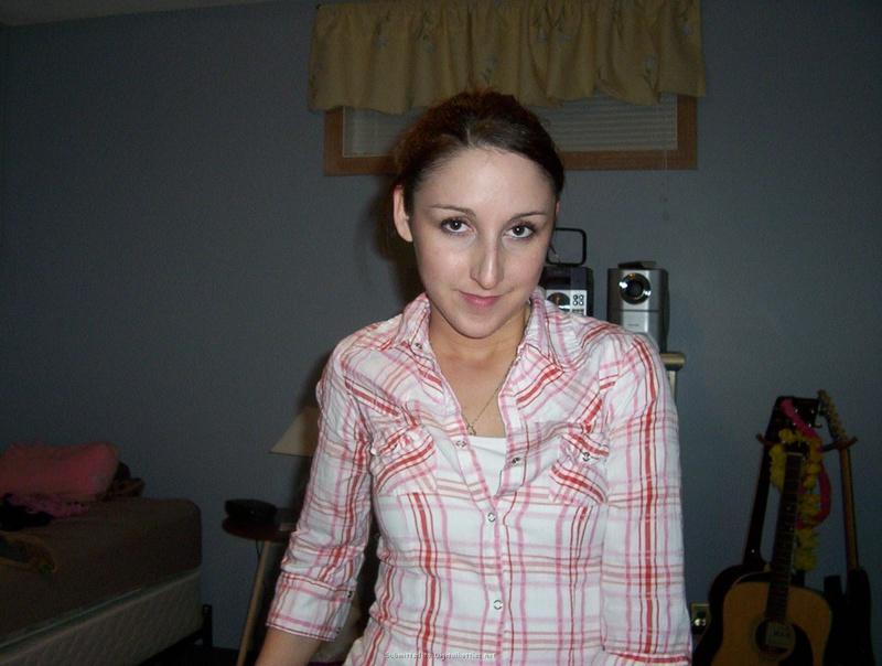 Общительная брюнетка позирует на досуге 25 фото