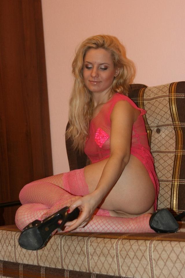 Блондинка с интимной стрижкой на лобке позирует в пеньюаре и розовых чулках 14 фото