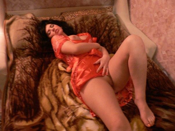 Танцовщица разлеглась на кровати и проветривает мокрую дырку 19 фото