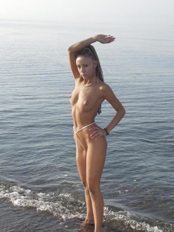 Стройная студентка разделась на Азовском море 11 фото