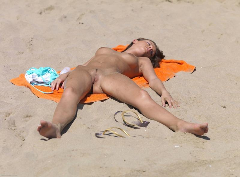 Мужик опубликовал снимки своего отдыха на нудистском пляже 3 фото