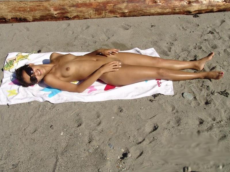 Мужик опубликовал снимки своего отдыха на нудистском пляже 8 фото