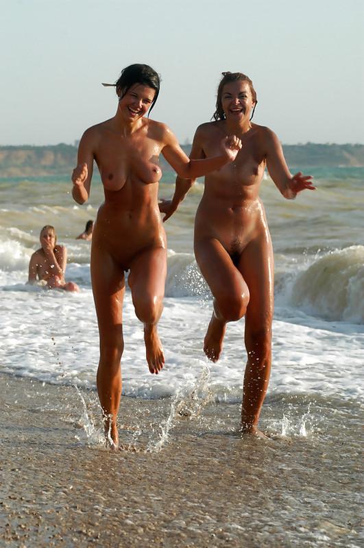 Мужик опубликовал снимки своего отдыха на нудистском пляже 6 фото