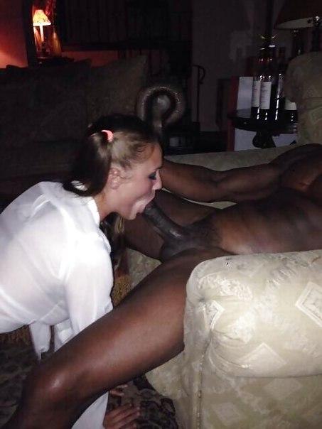 Темнокожие парни трахают молоденьких девушек в спальне на кровати 14 фото