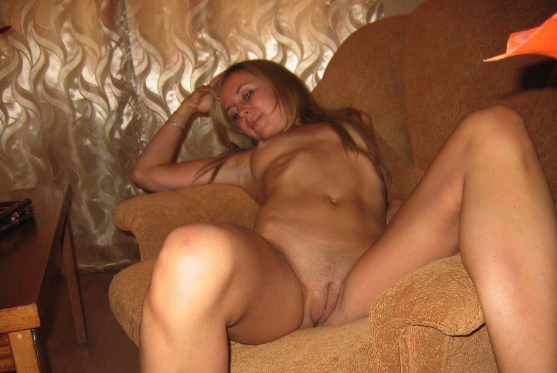 Очаровательная дама валяется на диване 7 фото