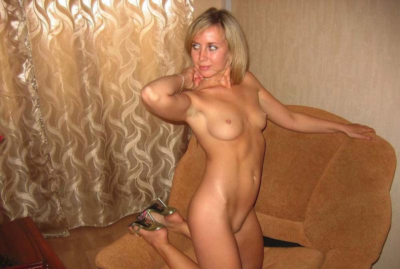 Очаровательная дама валяется на диване 10 фото