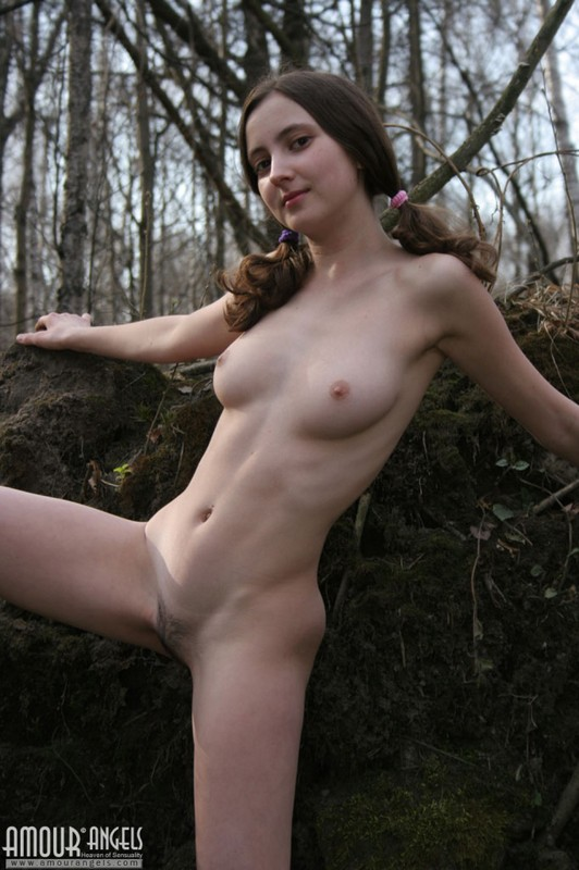 Милашка на природе раскинула ноги 5 фото