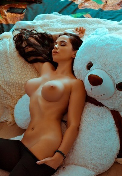 Девушки с большими попками раздеваются и подставляют лица под сперму 29 фото