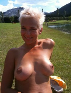Коротко стриженная блондинка любит выделываться