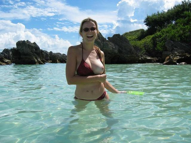 Девушки в трусиках и без них сверкают сиськами на пляже 1 фото