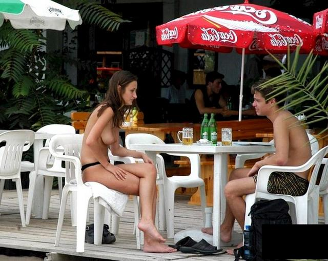 Девушки в трусиках и без них сверкают сиськами на пляже 25 фото