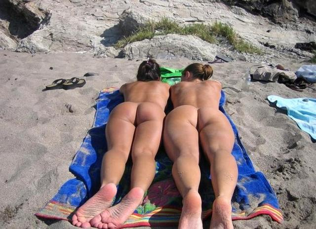 Девушки в трусиках и без них сверкают сиськами на пляже 29 фото
