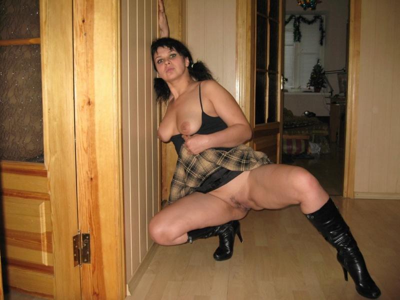 Девка с большой задницей позирует без трусиков под юбкой 5 фото