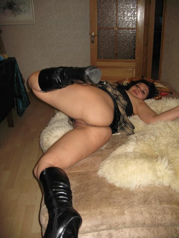 Девка с большой задницей позирует без трусиков под юбкой 18 фото