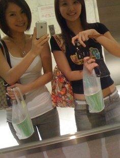 Симпатичные девчата делают селфи у зеркала
