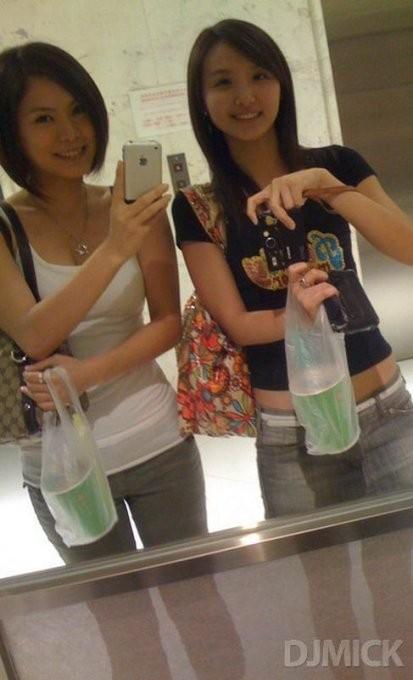Симпатичные девчата делают селфи у зеркала 7 фото