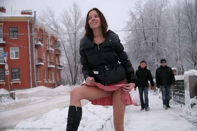 Сибирячка раздевается зимой на оживленной улице 5 фото