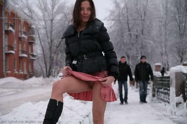 Сибирячка раздевается зимой на оживленной улице 2 фото