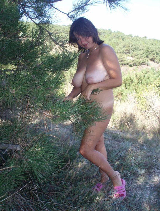 Полноватая старуха прогуливается голышом на природе 5 фото