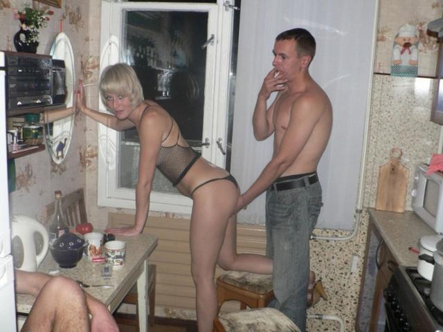Пьяные вахтовики трахают замужнюю блондинку в коммуналке 3 фото