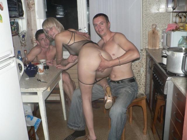 Пьяные вахтовики трахают замужнюю блондинку в коммуналке 9 фото