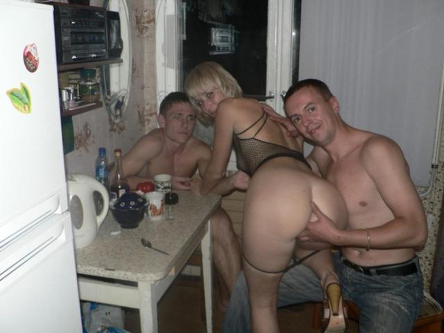 Пьяные вахтовики трахают замужнюю блондинку в коммуналке 10 фото