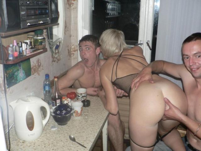 Пьяные вахтовики трахают замужнюю блондинку в коммуналке 6 фото