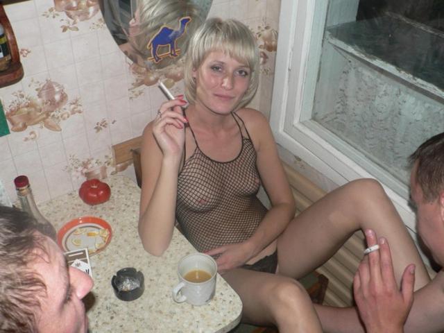 Пьяные вахтовики трахают замужнюю блондинку в коммуналке 4 фото