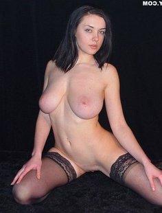 Девушка с грудью пятого размера раздевается в студии