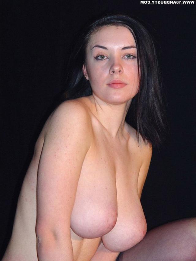Девушка с грудью пятого размера раздевается в студии 31 фото
