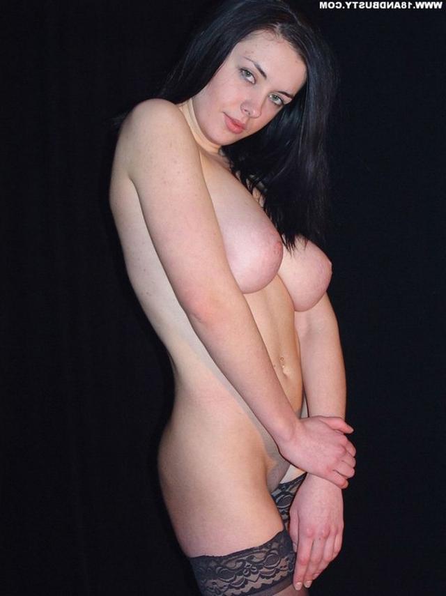 Девушка с грудью пятого размера раздевается в студии 28 фото