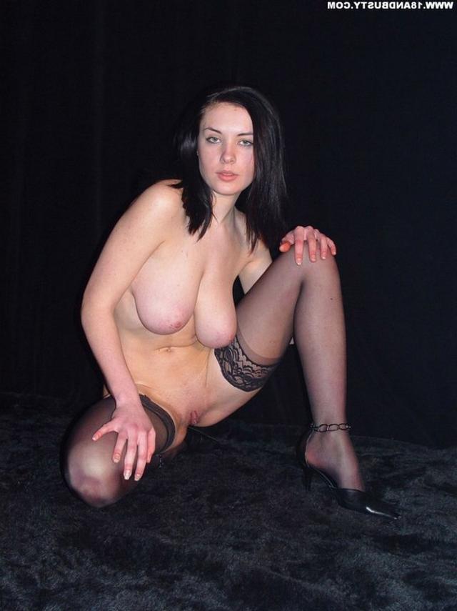 Девушка с грудью пятого размера раздевается в студии 34 фото