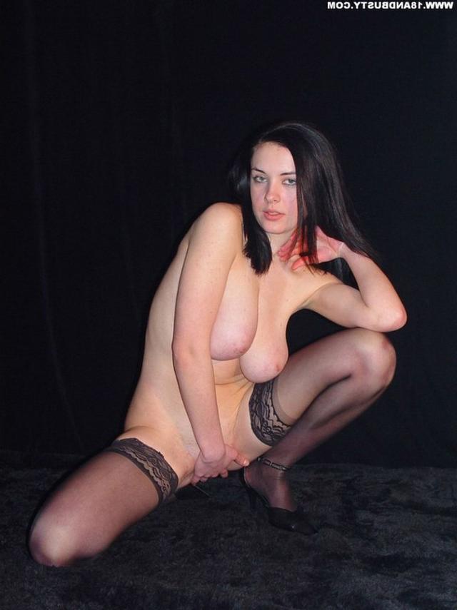 Девушка с грудью пятого размера раздевается в студии 39 фото
