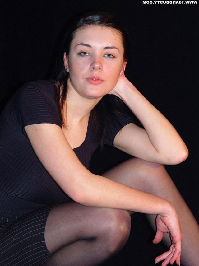 Девушка с грудью пятого размера раздевается в студии 1 фото