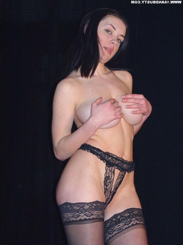 Девушка с грудью пятого размера раздевается в студии 24 фото