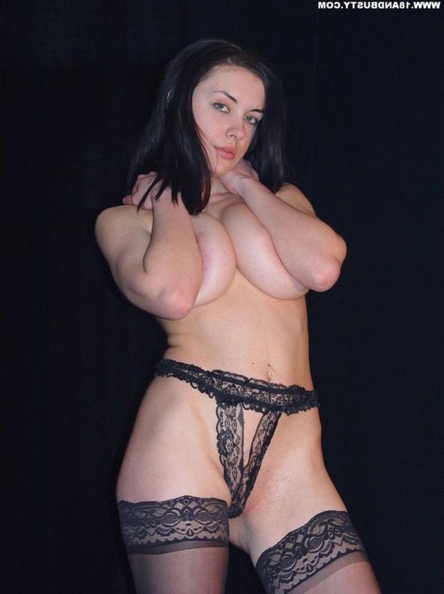 Девушка с грудью пятого размера раздевается в студии 25 фото