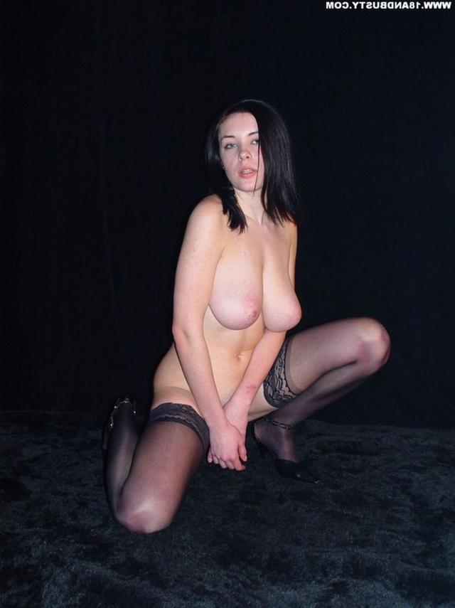 Девушка с грудью пятого размера раздевается в студии 30 фото