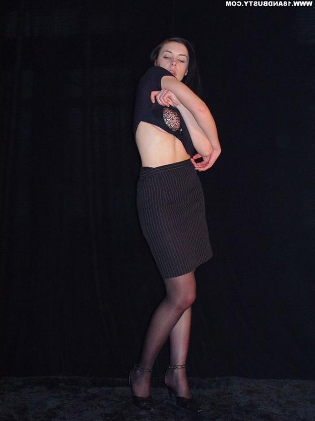 Девушка с грудью пятого размера раздевается в студии 7 фото