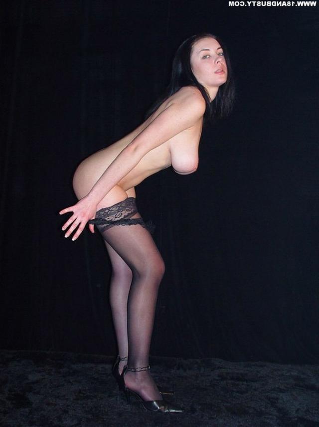 Девушка с грудью пятого размера раздевается в студии 27 фото