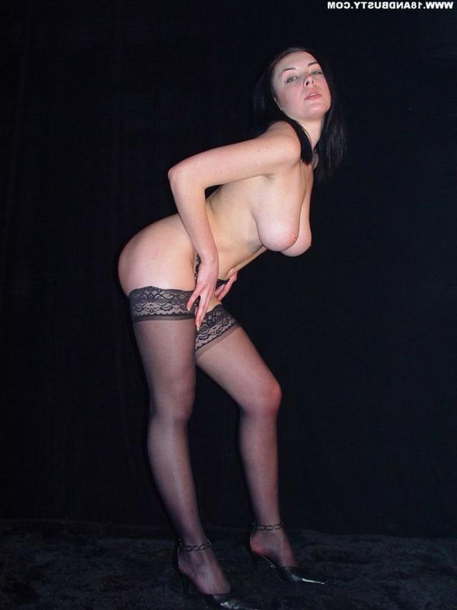 Девушка с грудью пятого размера раздевается в студии 26 фото