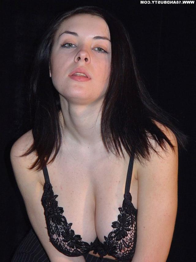 Девушка с грудью пятого размера раздевается в студии 11 фото