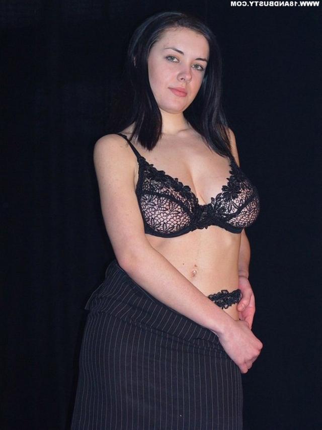 Девушка с грудью пятого размера раздевается в студии 12 фото