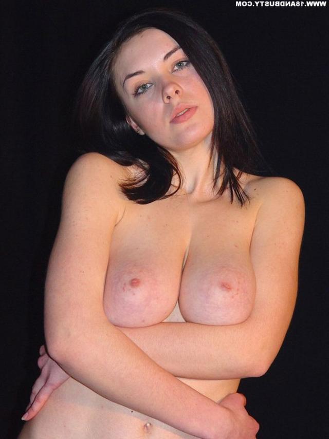 Девушка с грудью пятого размера раздевается в студии 42 фото