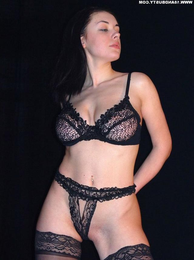Девушка с грудью пятого размера раздевается в студии 18 фото