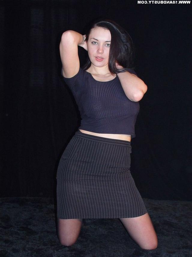 Девушка с грудью пятого размера раздевается в студии 5 фото