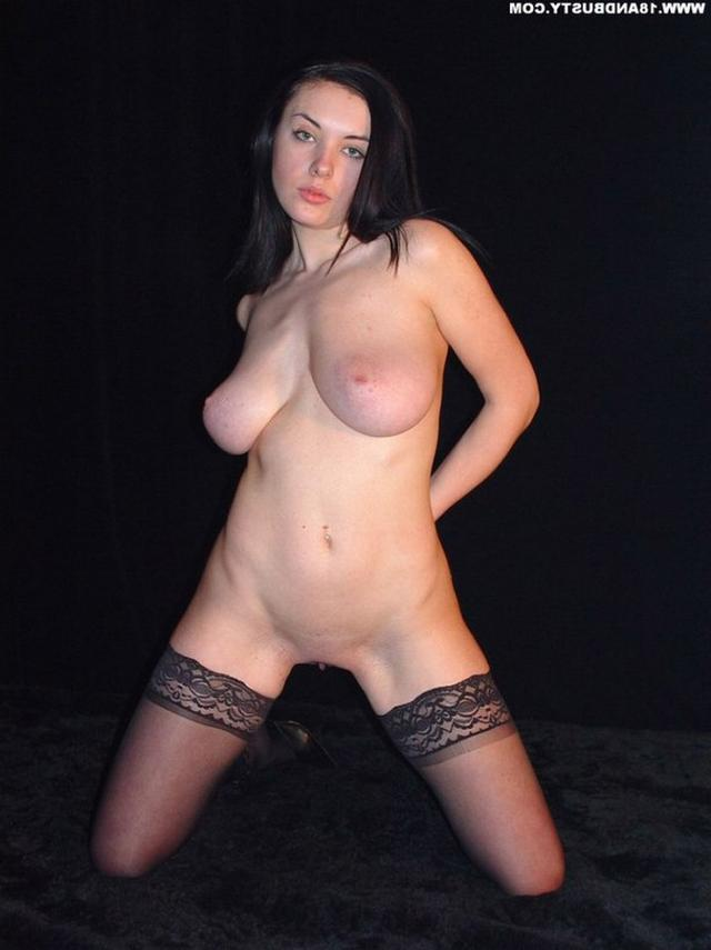 Девушка с грудью пятого размера раздевается в студии 36 фото