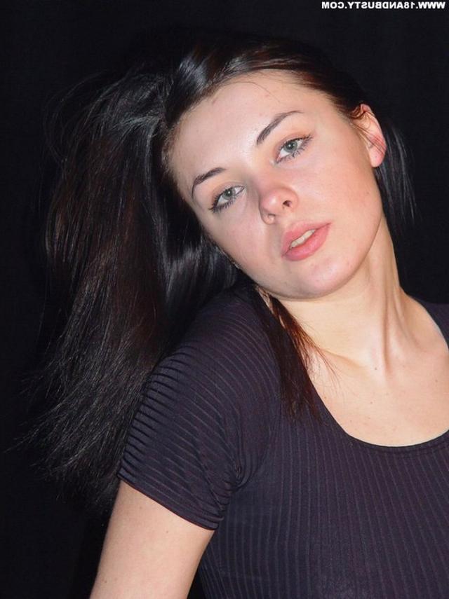 Девушка с грудью пятого размера раздевается в студии 3 фото