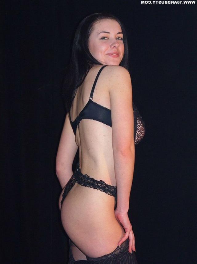 Девушка с грудью пятого размера раздевается в студии 13 фото
