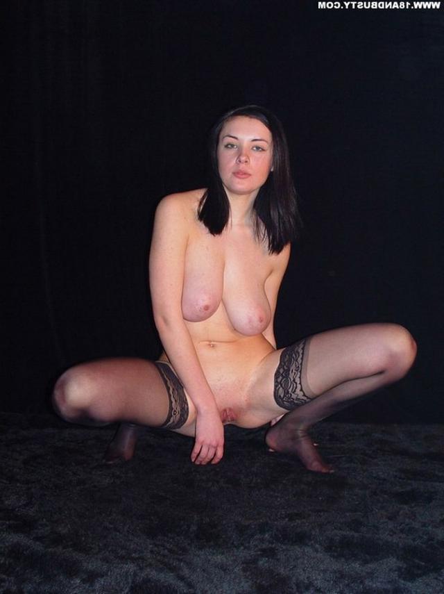 Девушка с грудью пятого размера раздевается в студии 47 фото